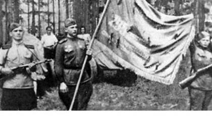 На фото: Знаменосец полка ефрейтор Цыба П.А. (в центре) и сын полка З. Максутов (справа)