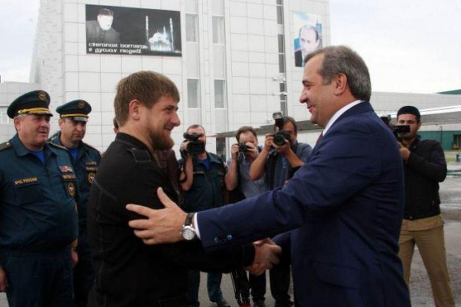 Кадыров получил вподарок от руководителя МЧС генеральский кортик