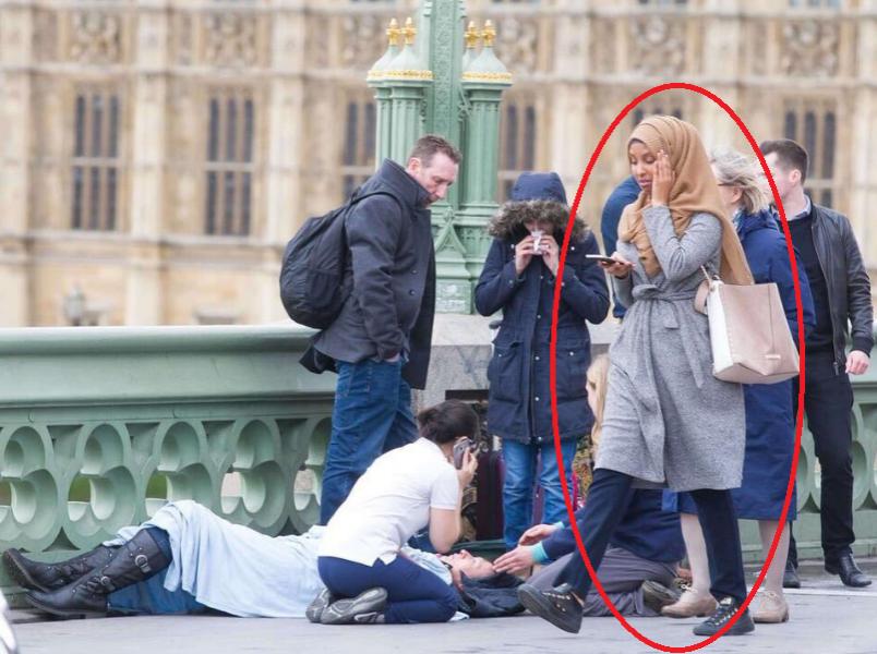 В соцсетях осуждают мусульманку, которая прошла мимо жертв теракта