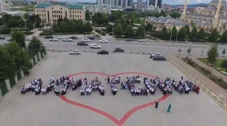Школьники провели флешмоб в поддержку ФК «Ахмат»