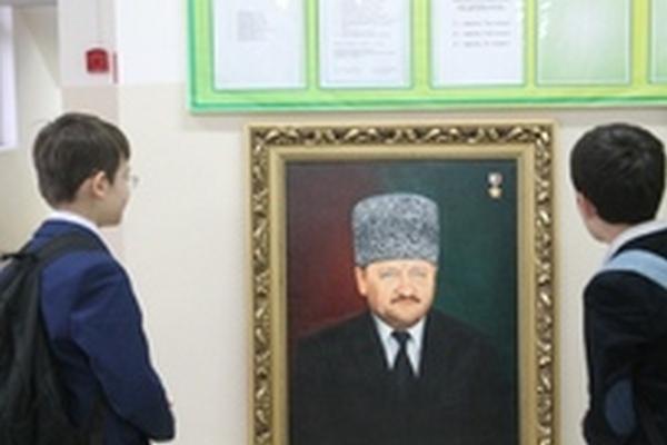 Передвижную выставку работ чеченских художников провели работники Галереи им.А.А.Кадырова