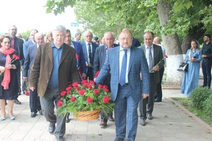 Участники Межрегионального форума СМИ возложили цветы к обелиску погибших журналистов