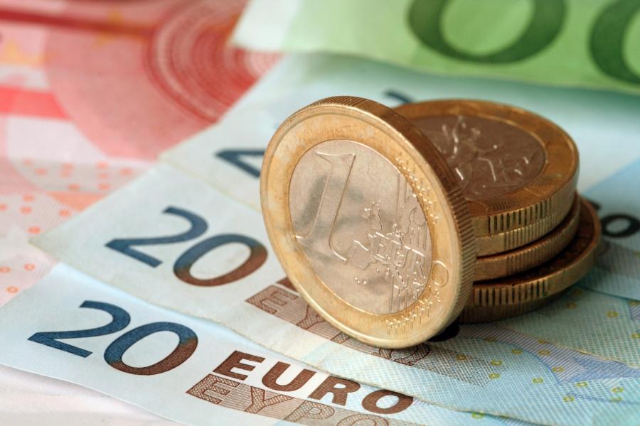 Евро превысил 65 рублей впервые с февраля