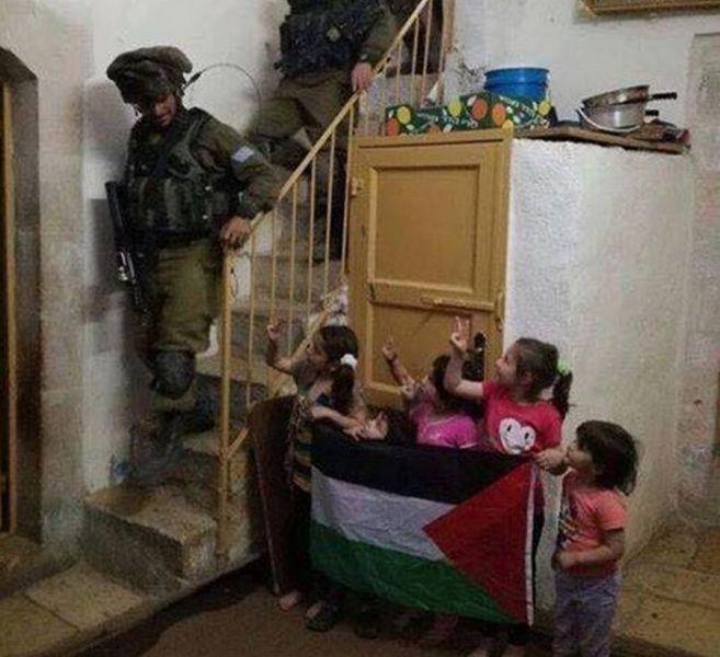 Палестинские дети ответили поднятием флага Палестины на обыск своего дома израильскими военными