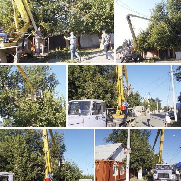 В Наурском районе проводят очистку просек высоковольтных линий электропередач от древесно-кустарниковой поросли