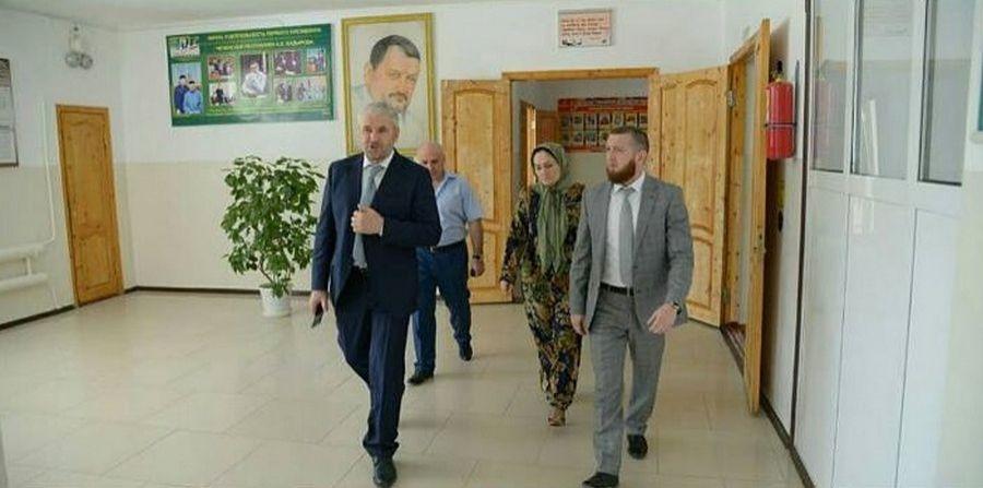 Министр образования ЧР проверил ход подготовки школ Наурского района к новому учебному году