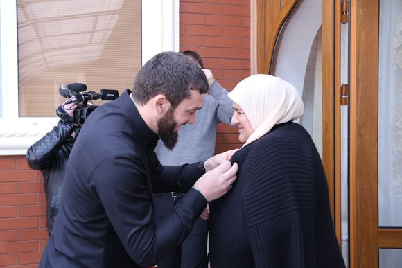 Магомед Даудов вручил Аймани и Медни Кадыровым высшие награды Парламента ЧР
