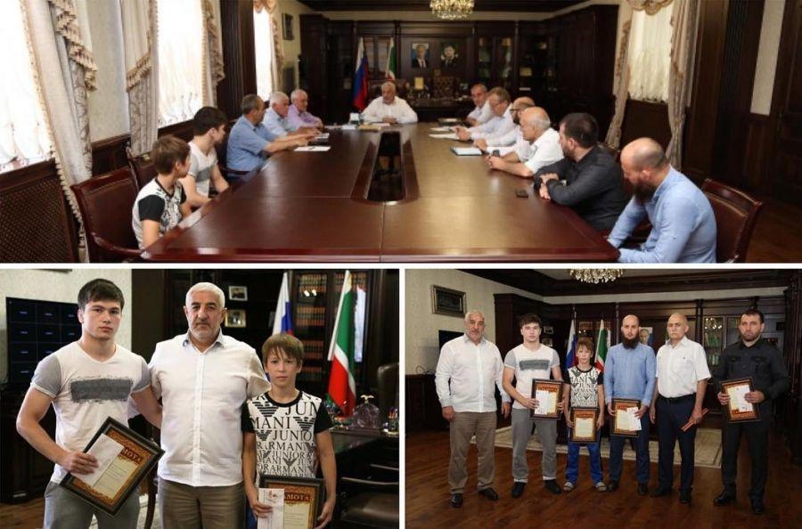 В Гудермесской администрации наградили победителей первенств Европы и Мира по вольной борьбе
