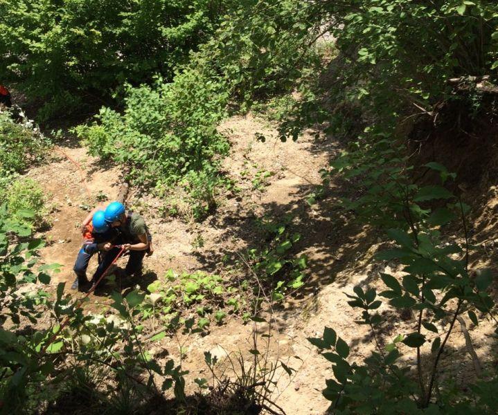 В горах Чечни спасатели оказали помощь трем подросткам, застрявшим между скалами