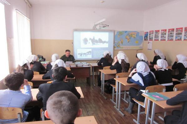 Сотрудники Пограничного управления ФСБ России встретились с учащимися школ горных районов
