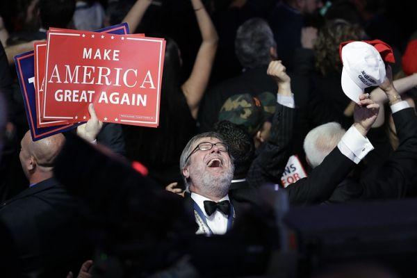 Дональд Трамп выигрывает навыборах вСША
