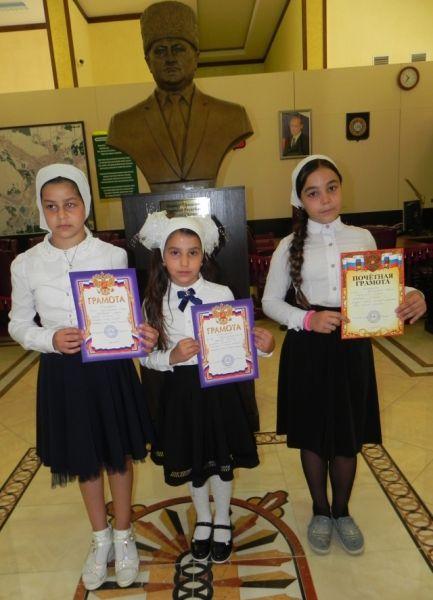 Школьницы Курчалоевской школы приняли участие в конкурсе чтения стихов в честь Дня чеченской женщины