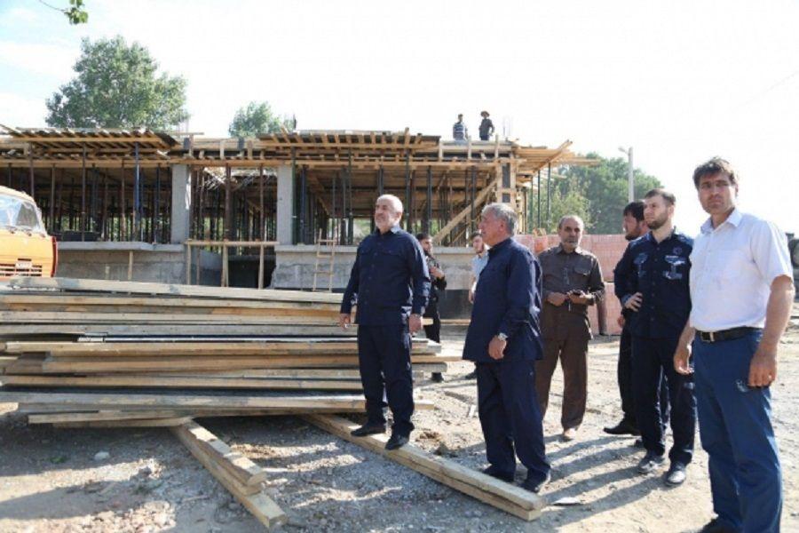 Глава Гудермесского района проинспектировал строительную площадку в поселке Ойсхар
