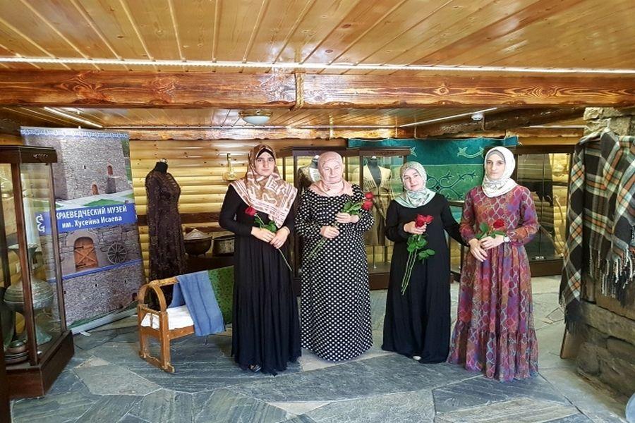 Женщинам Итум-Калинского района устроили экскурсионно-лекционное мероприятие