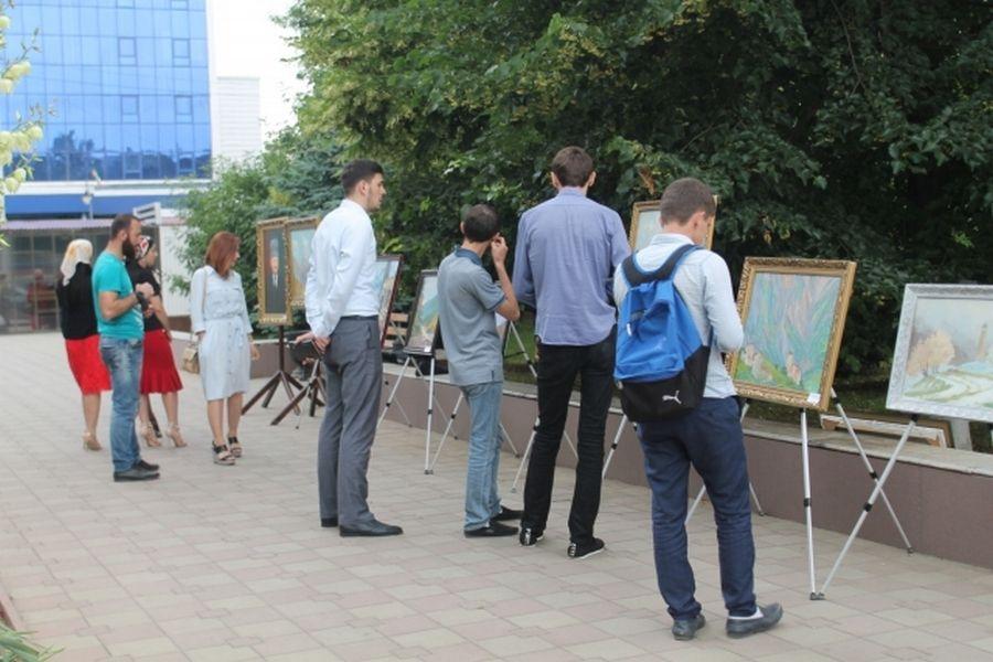 Передвижная выставка галереи им.А.А.Кадырова прошла в Сквере журналистов