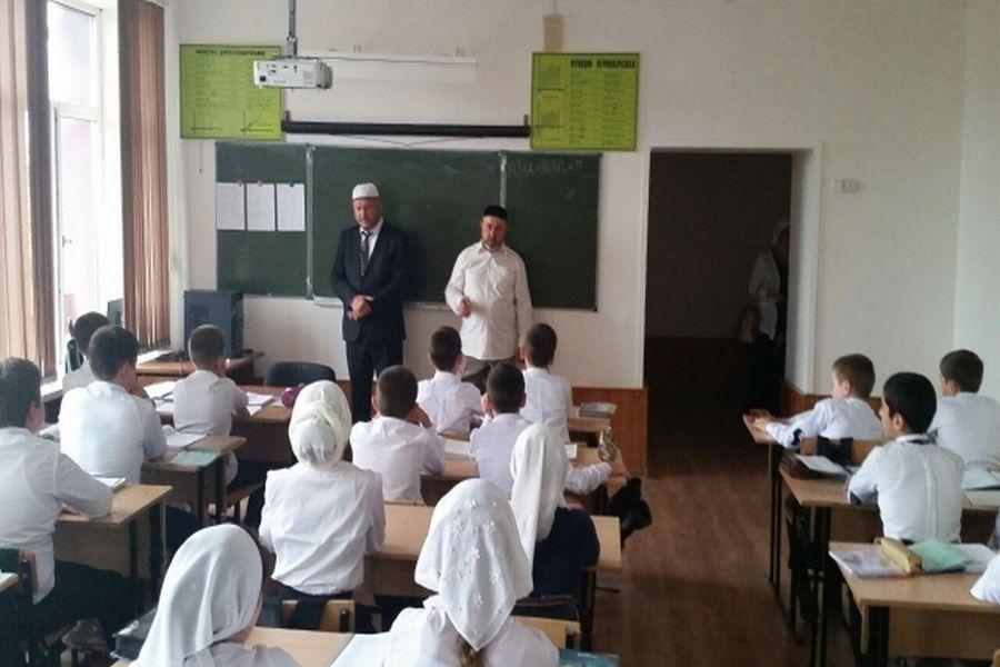Сотрудники управления по кинематографии Чечни проводят профилактику ДТП среди школьников