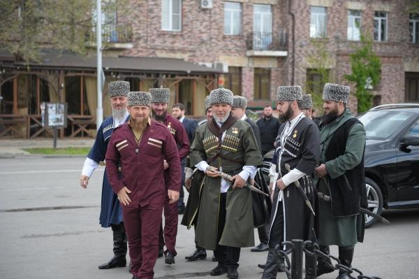 С днем чеченской женщины на чеченском языке