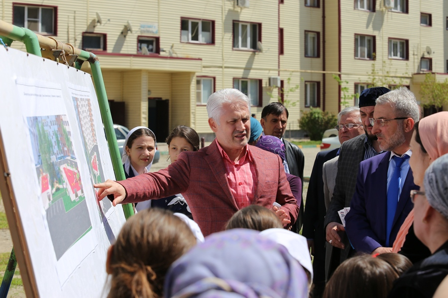 В столице Чечни с жителями одного из жилых домов обсудили благоустройство двора