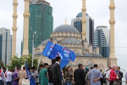 """На фото: Акция перед мечетью """"Сердце Чечни"""""""