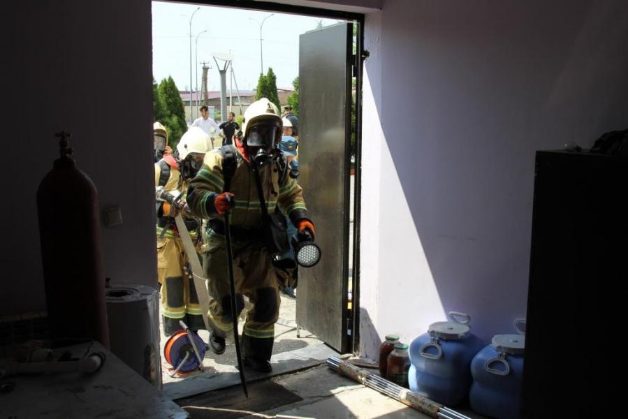 В крупном торговом центре Грозного сотрудники МЧС потушили условный пожар
