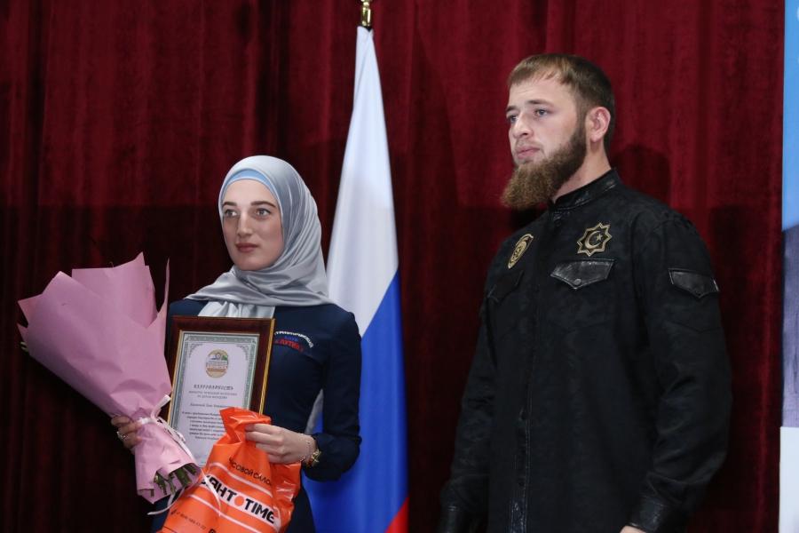 Иса Ибрагимов наградил отличившуюся молодежь республики (видео)