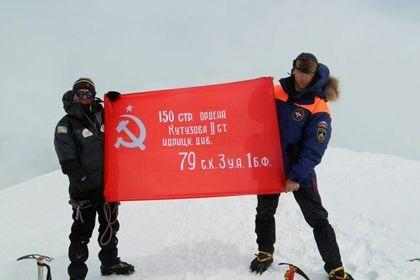 Представители чеченского отделения «Россоюзспаса» подняли Знамя Победы на Казбек