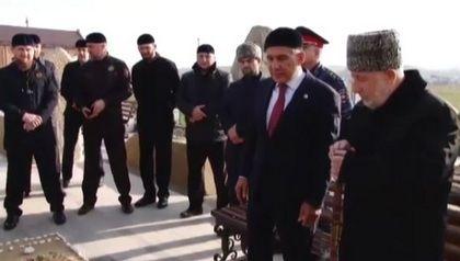 Рамзан Кадыров и Рустам Минниханов посетили в Центарое могилу Ахмата-Хаджи Кадырова