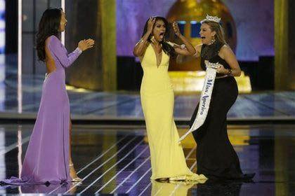 Фото: Кристал Ли, Нина Давулури (в центре) и прошлогодняя победительница конкурса Мэллори Хейган
