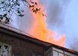 В центре Ростова горит четырехэтажное здание старой постройки