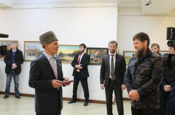 Рамзан Кадыров посетил персональную выставку заслуженного художника ЧР Андия Шамилова
