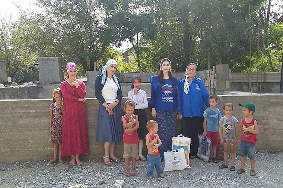 «Единая Россия» оказала помощь многодетной семье из Шали