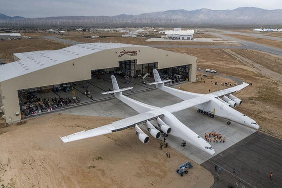 СМИ: В США вывели из ангара самый большой транспортный самолет в мире