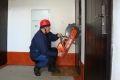 Чеченские спасатели деблокировали дверь квартиры, где находилась пожилая женщина