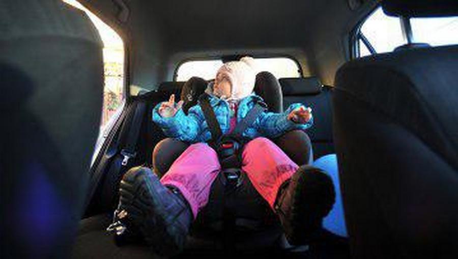 Детей ввозрасте до12 лет разрешили перевозить без автокресел