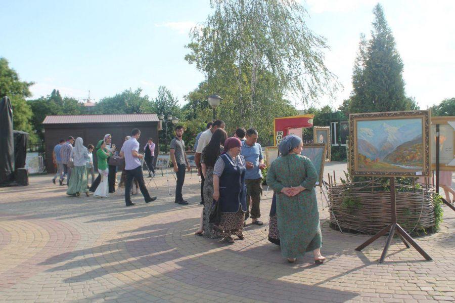 Галерея им.А.А.Кадырова провела выставку в Парке Материнской Славы