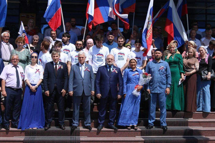Сотрудники Миннаца Чечни и журналисты отметили День Государственного флага России
