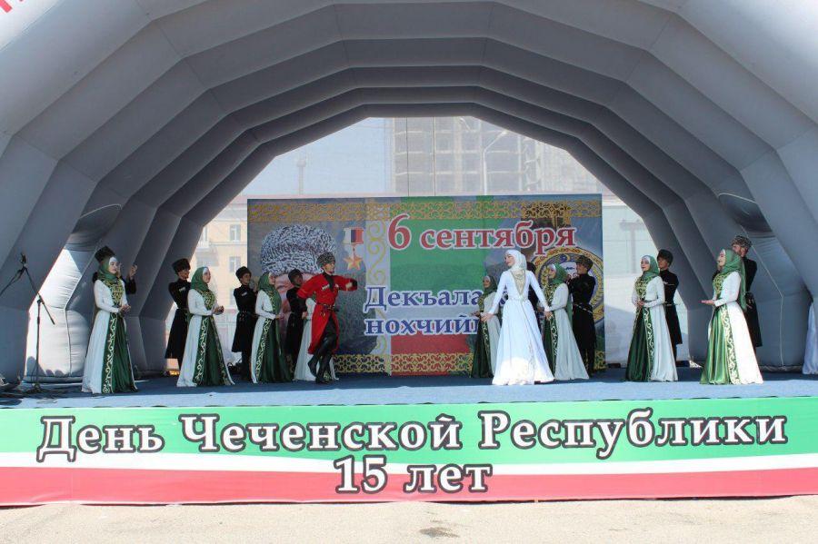 Первые лица поздравили жителей Чечни с Днем республики (видео)