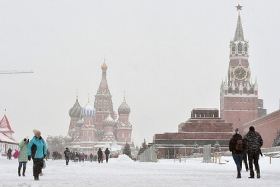 Американец пытался убедить москвичей, что на Красной площади кто-то роет тоннели в Латвию