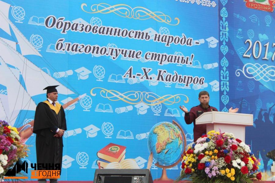Рамзан Кадыров вручил дипломы выпускникам ЧГУ
