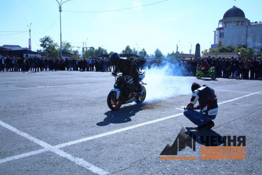 Чеченские байкеры подарили мото-шоу Грозному