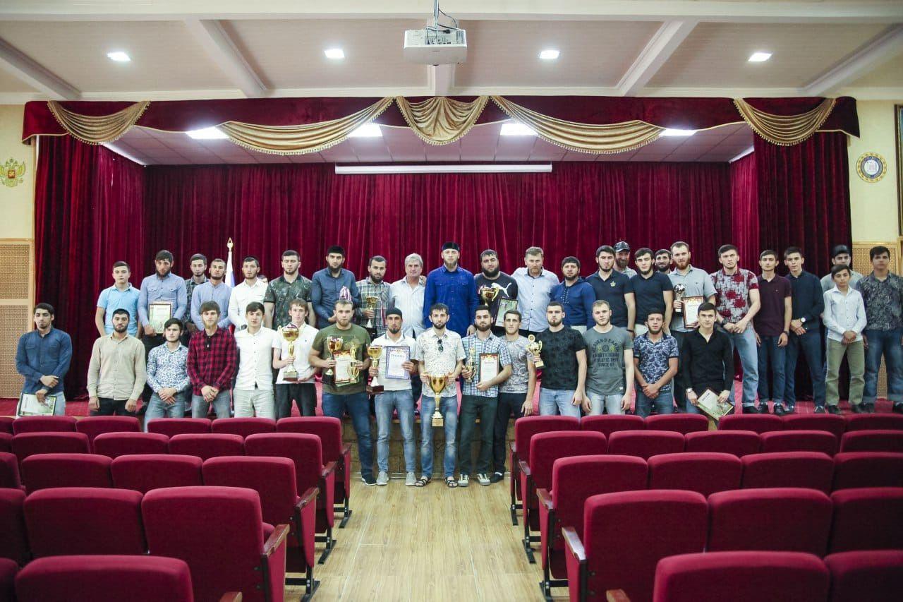Во Дворце молодежи наградили участников Любительской футбольной лиги-95